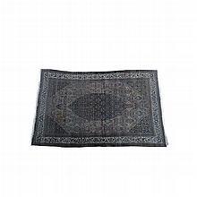 Alfombra. Origen persa. Siglo XX. Estilo Kerman. Elaborada en lana y algodón anudada a mano. Decorada con motivos florales, orgánicos,