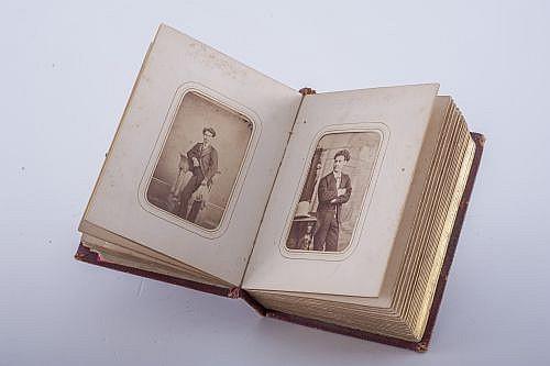 Albumes Fotográficos. Retratos de Damas, Caballeros y Niños.  Civiles, militares y eclesiáticos. Con 12 y 38 retratos. Piezas: 2.