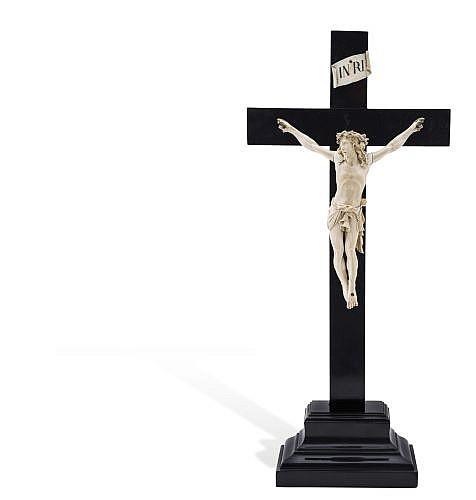 CRISTO CRUCIFICADO. FRANCIA, SIGLO XIX. Talla en marfil. Cruz y peana de madera ebonizada. Dimensión: 25.5 x 19 cm