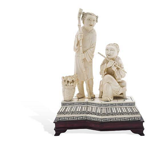 ANCIANOS. CHINA, SIGLO XX. Talla en marfil con diseño esgrafiado. Detalles de conservación y ligeras fisuras. de 31 a 32 cm de altura