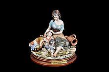 Maternidad Origen italiano. En porcelana Capodimonte. Con base circular. Referida en base.