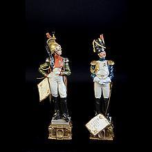 Lote de figuras decorativas. Origen italiano. Siglo XX. Elaboradas en porcelana policromada. Consta de: 2 soldados