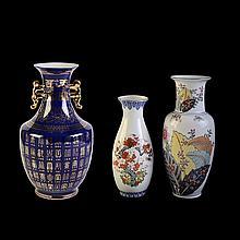 Lote de floreros. Origen chino y japonés. Elaborados en porcelana. Diferentes diseños y tamaños. Decorados con motivos florales,