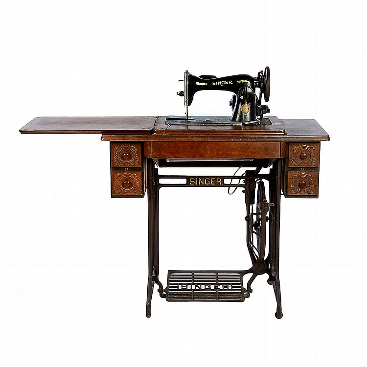Máquina de coser. Marca Singer. Con mueble de madera. Con cu