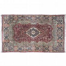 TAPETE PRIMERA MITAD DEL SIGLO XX. Estilo Kerman. Elaborado en lana, hecho a mano con motivos florales y geométricos.