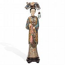 DAMA. CHINA, SIGLO XX. Elaborada en cloisonné, con aplicaciones de marfil, metal plateado y piedras de colores. Base de madera.