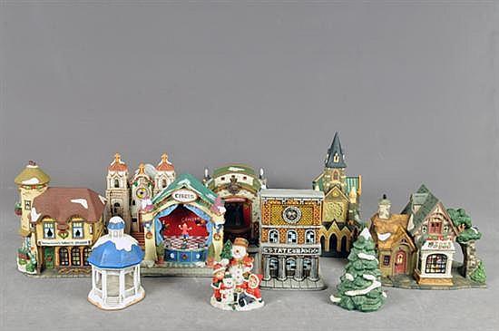 Villa navideña. En cerámica policromada. Diferentes tamaños y diseños. Algunas musicales. Incluye luces, figurillas y árboles. 35 pz.