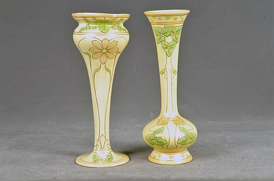 Par de floreros. Estilo Art Nouveau. En porcelana, policromada. Con detalles esmaltados en dorado. Decorado floral. Piezas: 2