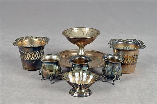Lote de metal plateado. Diferentes tamaños y diseños. Consta de: Braserillo, salero de mesa, par de bases caladas, otro. Piezas: 7