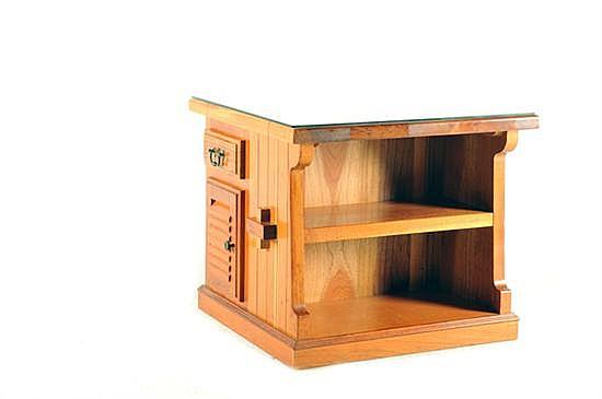 Mesa de apoyo. En madera tallada. Diseño cuadrangular. Con cubierta de vidrio, 2 puertas abatibles, 2 cajones; con tiradores de metal.