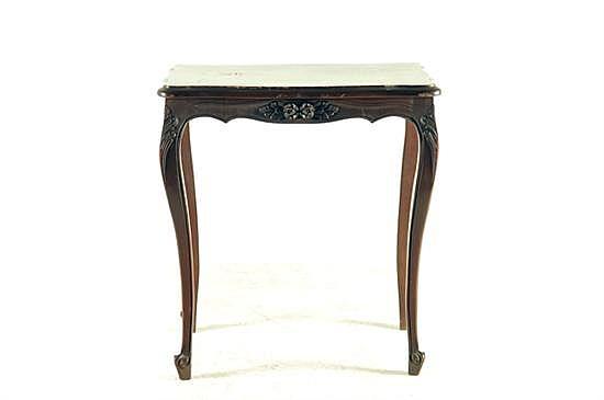 Mesa auxiliar. Estilo francés. En madera tallada. Diseño rectangular con patas tipo cabriolé. Con motivos florales y vegetales.