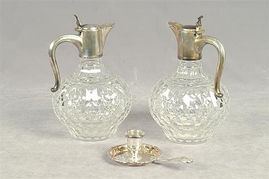 Lote de cristal. Diferentes tamaños y diseños. Consta de: a) Par de licoreras, Christofle. Facetadas. b) Candelero. Piezas: 3