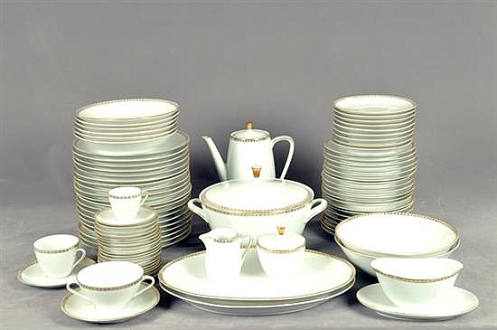Servicio abierto de vajilla. Origen alemán. En porcelana de bavaria. Diseño con cenefa esmaltada en dorado. Presentan detalles. 168 pz.