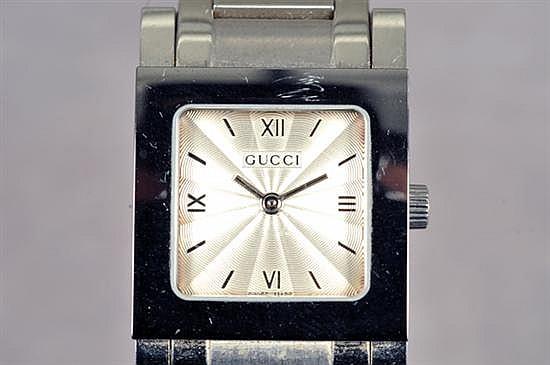 Reloj para dama. Origen suizo. Marca Gucci. En acero. Mecanismo de cuarzo. Sin batería. Diseño con caja cuadrada, etc. 80.8 grs.