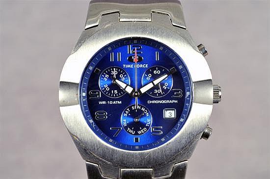 Reloj. Marca Time Force. En acero. Diseño con caja circular, esfera azul, sub-cuadrantes segundero, día y 30 minutos, índices arábigos.