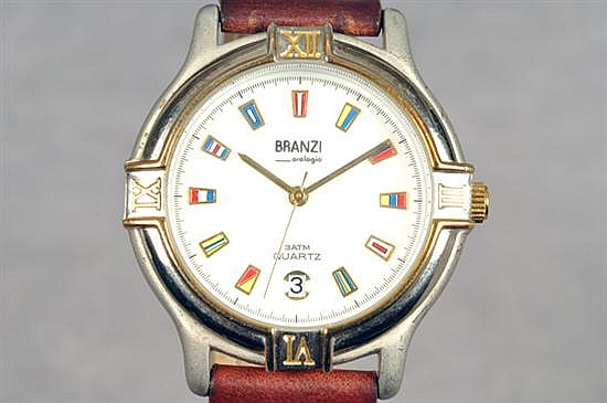Reloj. Marca Branzi. En acero y piel. Mecanismo de cuarzo, sin batería. Diseño con caja circular, esfera blanca, con bisel graduado.