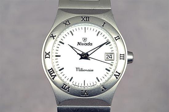 Reloj para dama. Marca Nivada. Elaborado en acero. Mecanismo de cuarzo, sin batería. Diseño con caja circular. Peso: 92.6 grs.