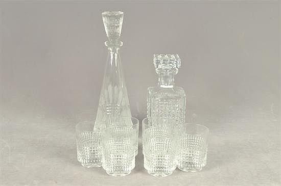 Lote de cristalería. Diferentes tamaños. Diseños facetados y diamantados. Consta de: 2 licoreras y 6 vasos. Piezas: 8