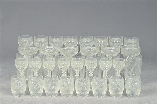 Juego de copas y vasos. En cristal. Diseños facetados y diamantados. Consta de: copas para champagne, vino, licor, otros. Piezas: 60