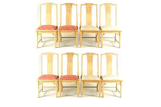 Sillas. En madera clara tallada. Diseño con asiento acojinado, con tapicería en color rojo y beige. Decorado con grecas. Piezas: 8