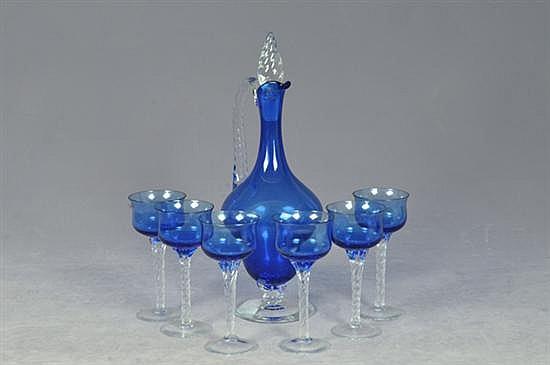 Juego de licorera y copas. Elaboradas en cristal de Murano, color azul. Diseños torzales. Piezas: 7
