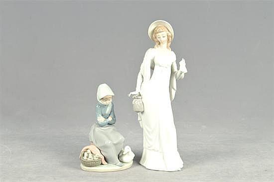 Figuras de porcelana. Origen español. En porcelana LLadró, acabado brillante. Consta de: a) Damisela. b) Niña con patos. Piezas: 2