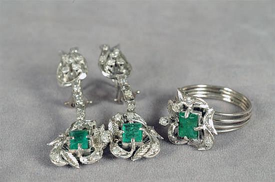 Juego de anillo y par de aretes largos. Medida 6 1/4. En paladio. Diseño con esmeraldas y brillantes corte 8x8. Piezas: 2
