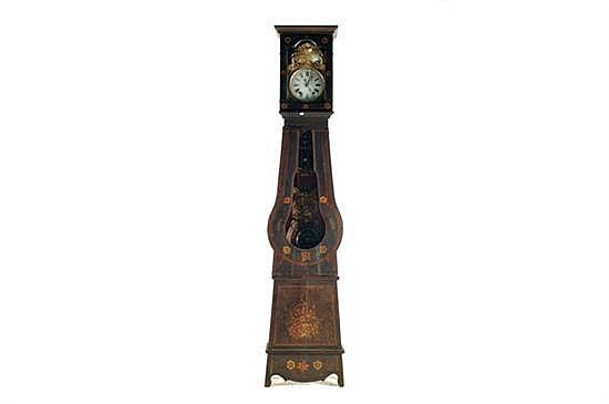 Reloj Grandfather. Mueble de madera tallada y decorada con motivos florales y 2 puertas. Mecanismo manual con llave, requiere ajuste.
