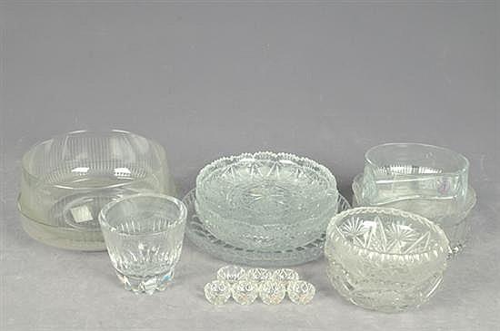 Lote de cristal y vidrio. Diferentes tamaños y diseños. Consta de: a) 5 Botaneros. b) 3 platones. c) 6 saleros de Bohemia. Otros. 20 p.