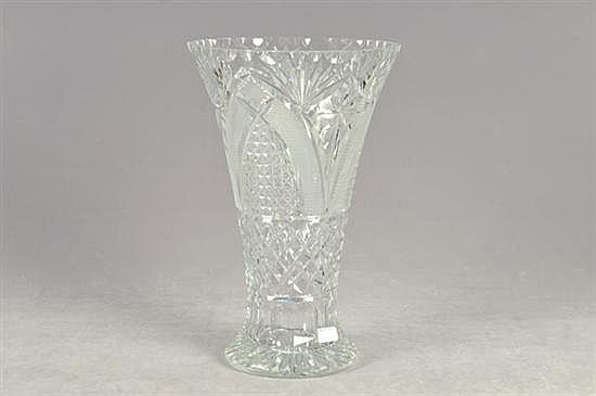 Florero. Elaborado en cristal cortado. Diseño facetado y diamantado. Dimensiones: 43 cm.
