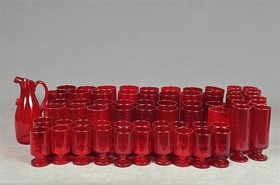 Lote de vasos. En vidrio, color rojo. Diferentes tamaños. Consta de: vasos alargados, vasos grandes, vasos medianos, otros. Piezas: 95