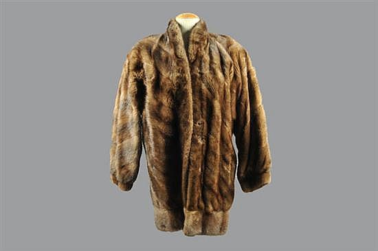 Abrigo corto. Marca Jindo. Elaborado en piel de mink, color marrón. Diseño con forro café y 2 bolsillos exteriores. Talla mediana.