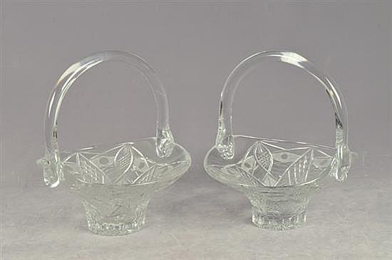 Par de canastas. Elaboradas en cristal cortado. Diseños geométricos y prensados. Dimensiones: 35 cm. Piezas: 2