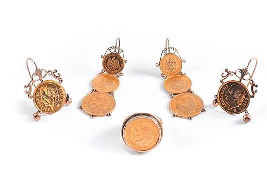 Dos pares de aretes y anillo con moneda de oro de 8k y 21k. Aretes con monedas de 2, 2 1/2 y 5 pesos y anillo en oro de 10K, tipo sello