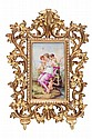 LOTE DE PLACAS. ALEMANIA, CA. Porcelana, decoradas al óleo con ilustraciones de parejas de infantes y ninfa con amorcillos. Piezas: 3.