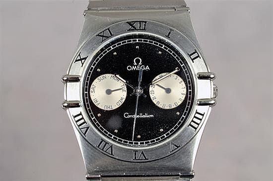 Reloj. Marca Omega Constellation. En acero. Mecanismo de cuarzo. Diseño con carátula negra, bisel con índices romanos.