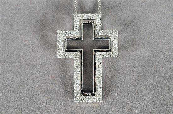 Cadena. Elaborada en oro blanco de 14k. Diseño tejido con cruz calada. Decorada con brillantes en corte completo.