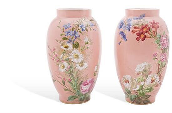 Par de jarrones. Origen francés, finales del Siglo XIX. En cristal de leche, policromado. Diseño de motivos florales y fondo rosa. 2 p.