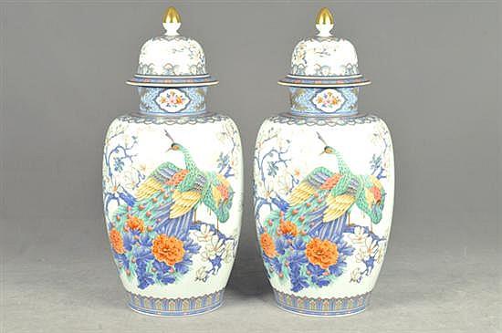 Par de tibores. Origen alemán. Elaborados en porcelana Kaiser. Diseños esmaltados en dorado. Decorados con motivos florales y aves.
