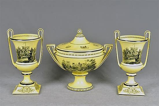 Guarnición. Origen italiano. En cerámica Mohahedeh. Consta de: a) Centro de mesa. b) Par de floreros con asa doble. Piezas: 3