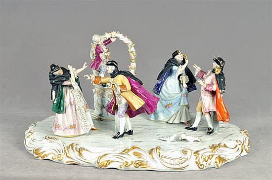 Mascarada. Origen italiano. En porcelana tipo Capodimonte, acabado brillante. Diseño con base oval y bordes esmaltados.