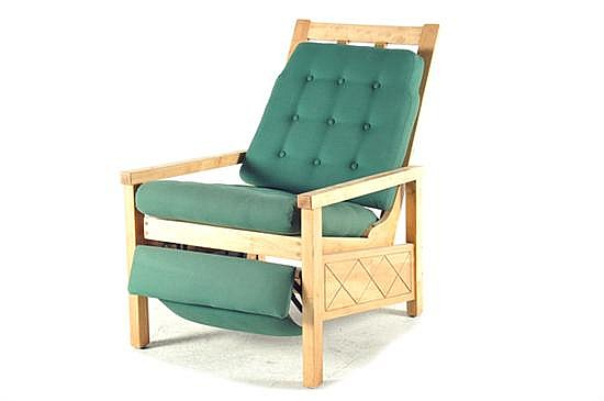 Sillón reposet. Elaborado en madera. Diseño escandinavo. Reclinable con asiento y respaldo acojinado y capitonado en tapicería verde.