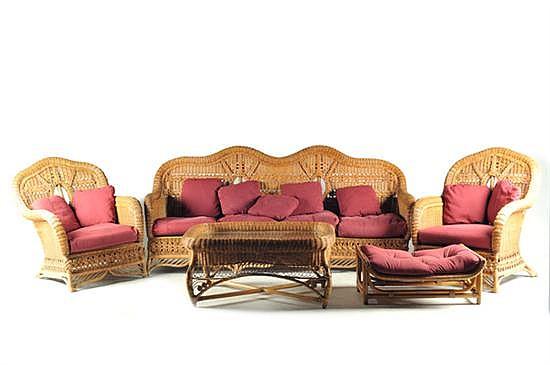 Sala. Elaborados en ratán y mimbre tejido. Consta de: a) Sofá. b) Par de sillones. c) Mesa de centro. d) Taburete. Piezas: 5