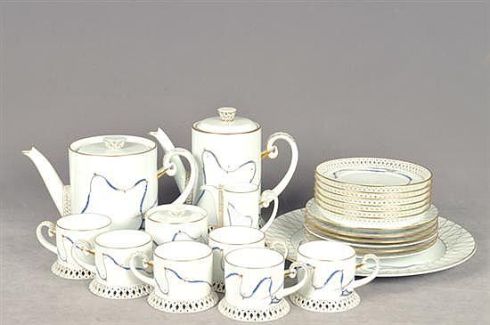 Juego pastelero. Origen húngaro. Elaborado en porcelana Herend. Servicio para 6 personas. Diseño esmaltado en dorado y calado. 23 pz.