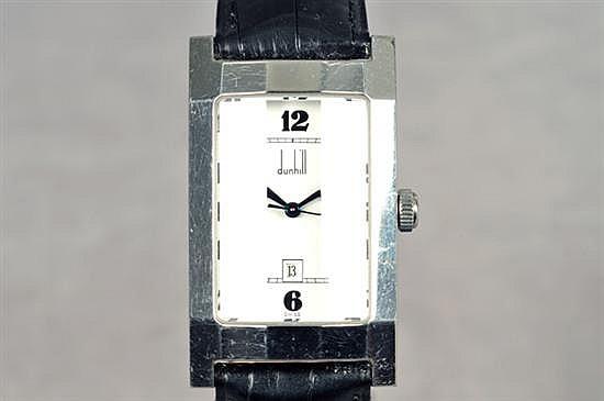 Reloj. Marca Dunhill. En acero y piel. Mecanismo de cuarzo. Funcional. Diseño con caja rectangular, cubierta facetada, esfera blanca.