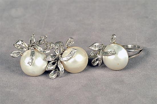 Juego de anillo y par de aretes cortos. Medida 7. En paladio. Diseño con tres medias perlas cultivadas en color blanco, con brillantes.