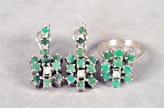 Juego de anillo y par de aretes largos. Medida 7 1/2. Diseño con brillantes en corte 8x8 y esmeraldas. Peso: 20.0 grs.