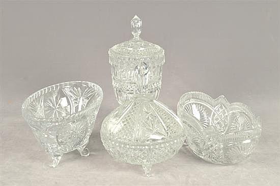 4 Piezas cristal. Diferentes tamaños. Diseños facetados. Consta de: 2 bomboneras y 2 centros de mesa. Piezas: 4