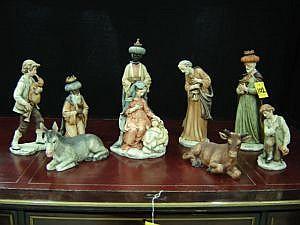 Nacimiento de Jesús. Representado por siete figuras elaboradas en polvo de alabastro, con diseños policromados. Se encuentran firmadas