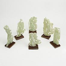 Lote de figuras decorativas. Siglo XX. Tallas en jade. Consta de: 6 damas orientales. Algunas decoradas con abanicos y espadas.